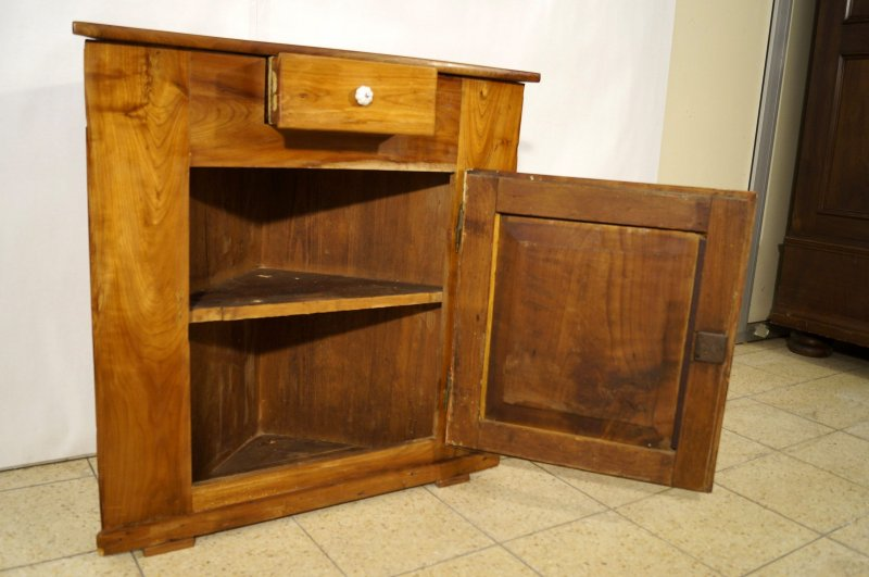 kleiner biedermeier eckschrank kirschbaum um 1850. Black Bedroom Furniture Sets. Home Design Ideas