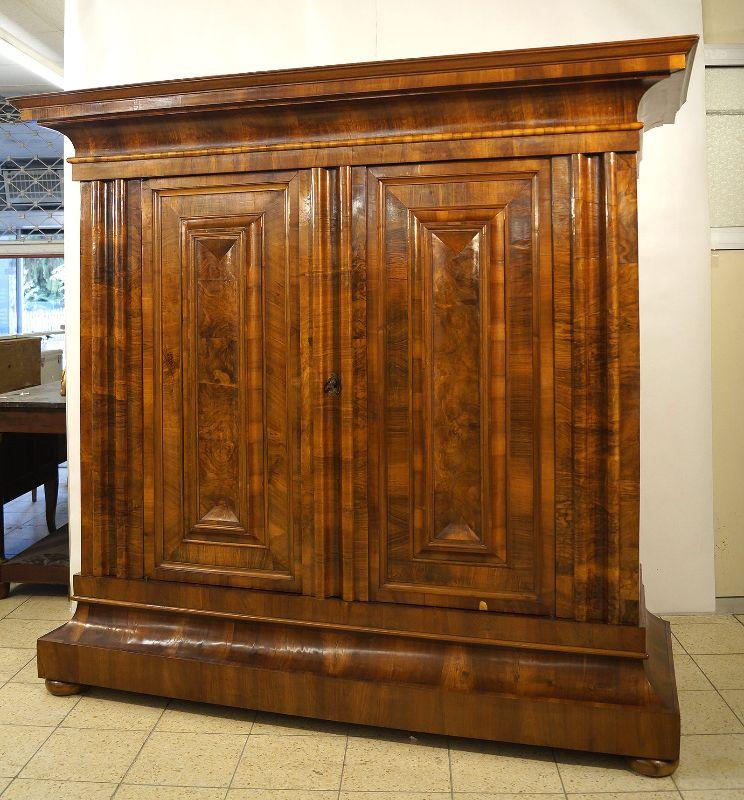 pr chiger frankfurter wellenschrank barockschrank um 1740 nussbaum freiburg. Black Bedroom Furniture Sets. Home Design Ideas