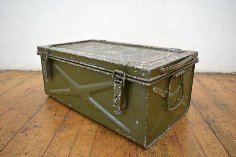 truhe tisch gro kiste metallkiste antik armeekiste loft alt metallbox fabrik ebay. Black Bedroom Furniture Sets. Home Design Ideas