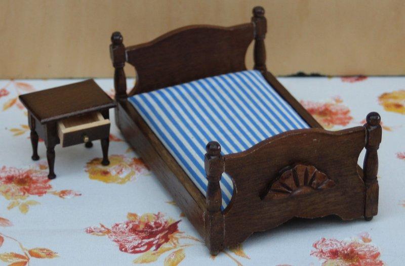 puppenstube seltenes bett dunkles holz mit nachttisch 70er jahre nr 17 ebay. Black Bedroom Furniture Sets. Home Design Ideas