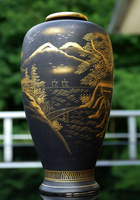 ltere chinesische porzellan vase schwarz matt edle goldfarbene handbemalung ebay. Black Bedroom Furniture Sets. Home Design Ideas