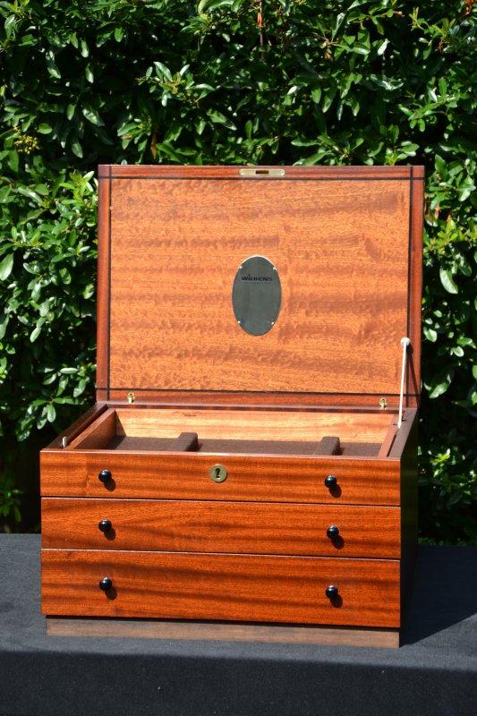 besteckkasten wilkens aus holz mahagoni sehr edel f r silberbesteck ebay. Black Bedroom Furniture Sets. Home Design Ideas