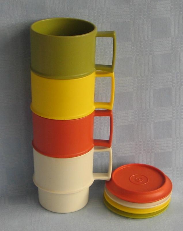tupperware 4 tassen kaffeetassen campingtassen mit deckel stapelbar retro. Black Bedroom Furniture Sets. Home Design Ideas