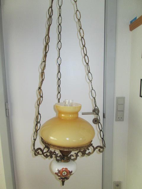 sch ne alte h ngelampe im stil einer petroleumlampe. Black Bedroom Furniture Sets. Home Design Ideas