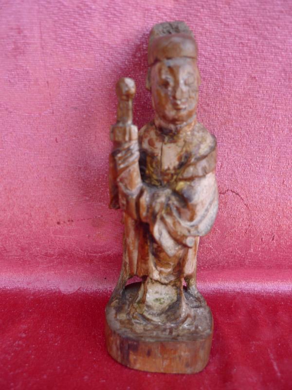 Schöne,uralte Holzfigur aus China. Fürst (o.Krieger) mit Schwert ...