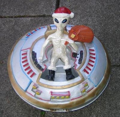 UFO Alien als Weihnachtsmann 44cm aus Kunststoff 6 KG Deko für Haus Garten